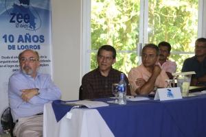 El Rector, Julio Calvo, Don Miguel Gutierrez Saxe y Edgardo Vargas. Discusión sobre el desarrollo académico de la Región Huetar Norte.
