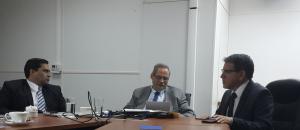 El señor Rector Dr. Julio Calvo, el Ministro de Agricultura Dr. Luis Felipe Arauz y el Viceministro de Hacienda José Francisco Pacheco. Discuten el proyecto de Centro de Valor Agregado de la Región Huetar Norte que se proyecta construir en la Sede Regional de San Carlos