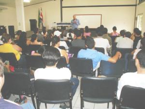 Discutiendo del desarrollo con el ahora diputado Henry Mora. Curso de Computación y Sociedad impartido por Edgardo Vargas